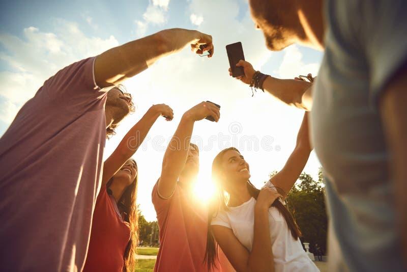 Een groep mensen hief omhoog hun handen met mobiele telefoons op royalty-vrije stock afbeelding