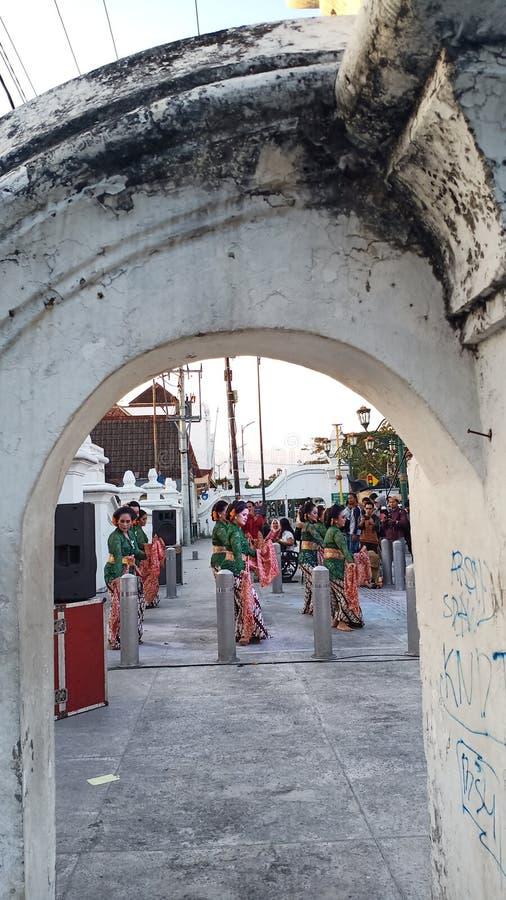 Een groep mooie dansersmeisjes van Yogyakarta met mooie Javanese traditionele danskostuums royalty-vrije stock foto
