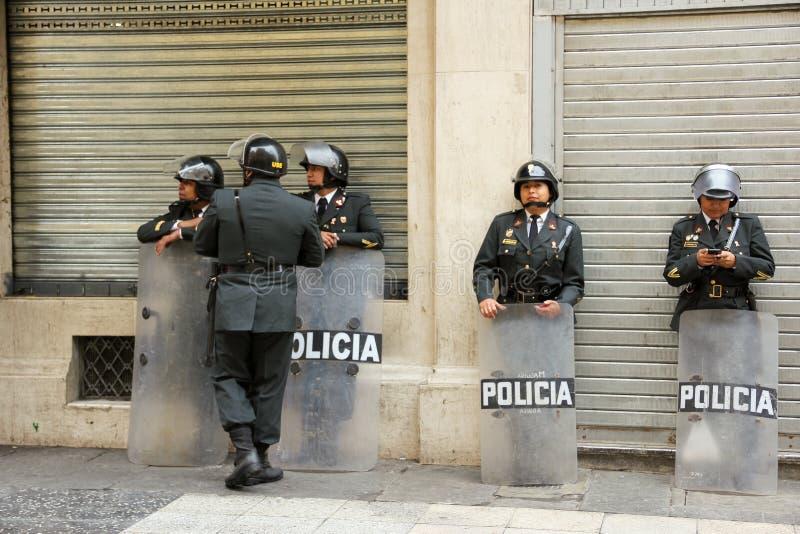 Een groep politieagenten in de straat royalty-vrije stock foto