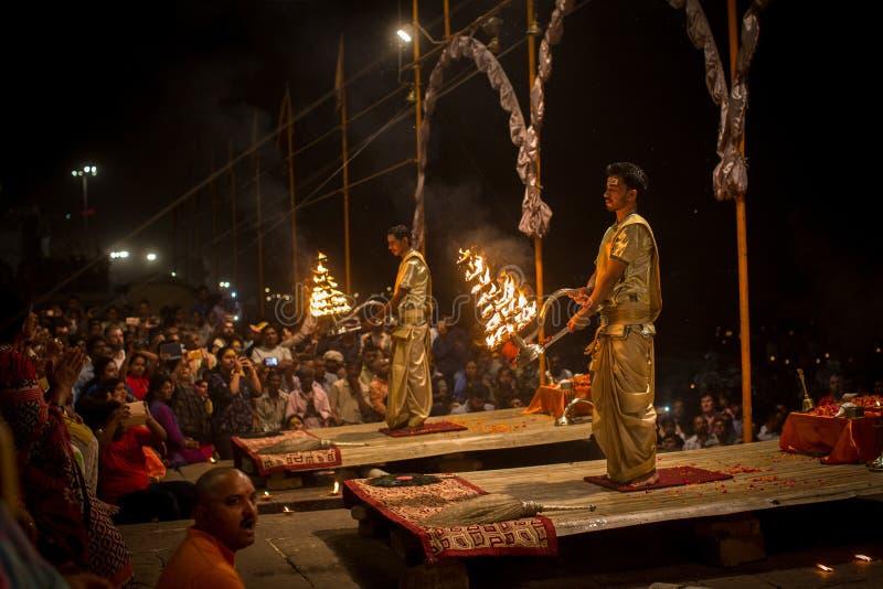 Een groep priesters voert Agni Pooja Sanskrit uit: Verering van Brand op Dashashwamedh Ghat - hoofd en oudste ghat van Varanasi stock afbeelding
