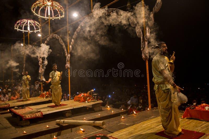 Een groep priesters voert Agni Pooja Sanskrit uit: Verering van Brand op Dashashwamedh Ghat - hoofd en oudste ghat van Varanasi stock afbeeldingen