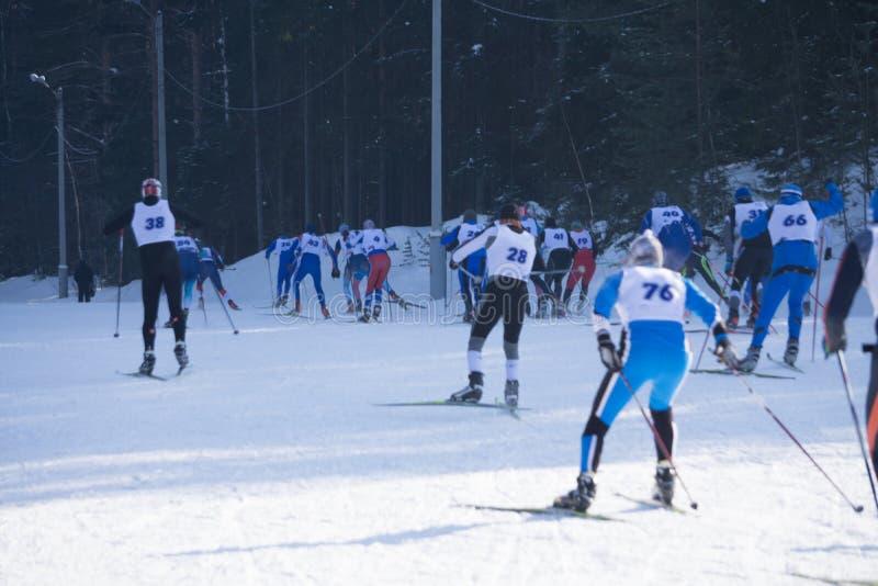 Een groep skiërs beklimt op het snow-covered skispoor defocused royalty-vrije stock foto's