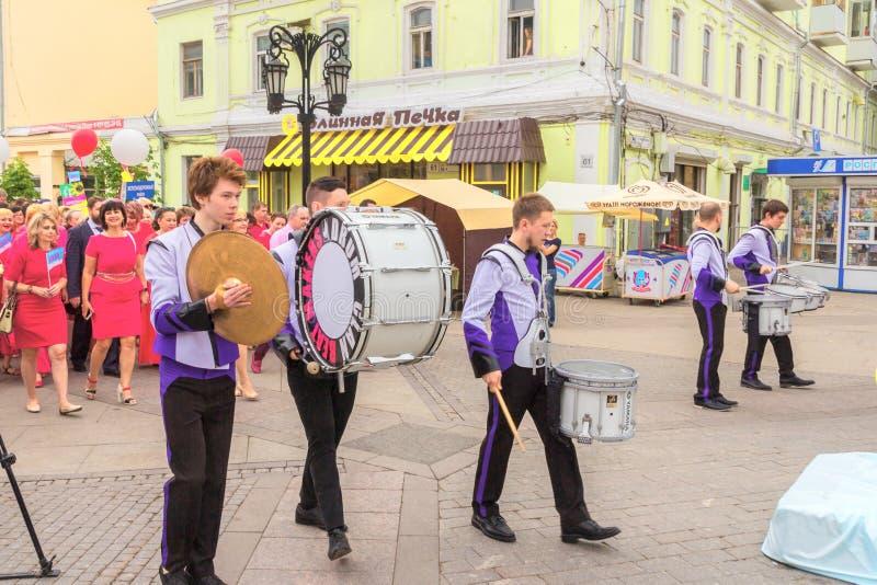Een groep slagwerkers bij een feestelijke parade van gediplomeerden royalty-vrije stock afbeelding