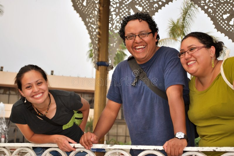 Een groep Spaanse jonge volwassenen die samen lachen royalty-vrije stock afbeelding