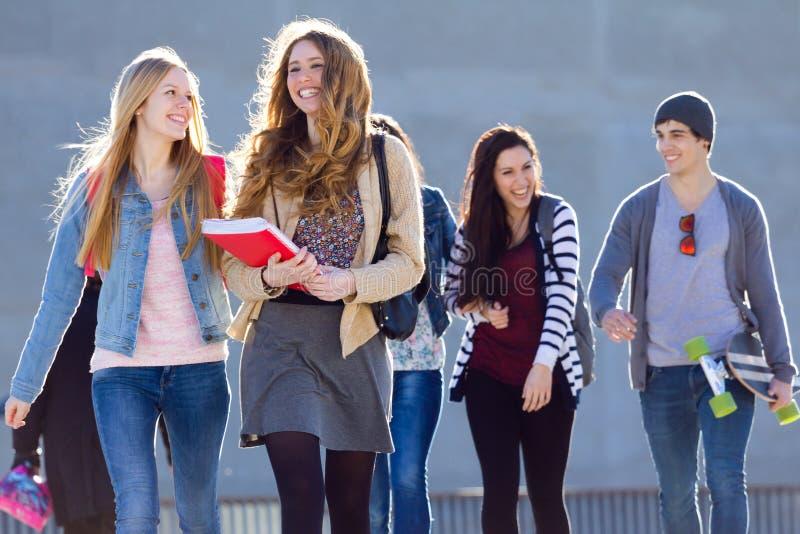 Een groep studenten die pret na school hebben stock afbeelding