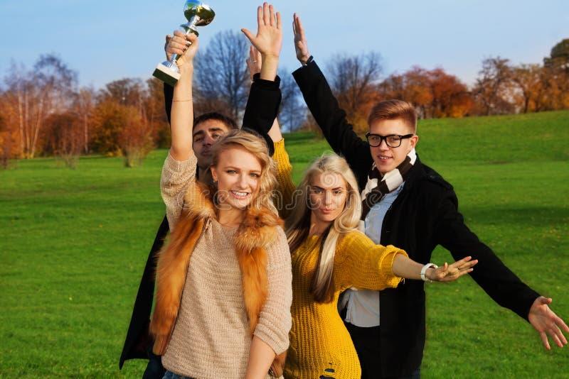 Een groep studenten het vieren stock afbeelding