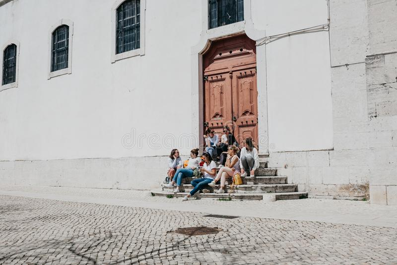 Een groep tieners of studenten of de meisjes zitten samen en spreken royalty-vrije stock afbeeldingen