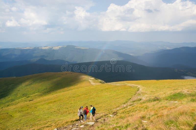 Een groep toeristen daalt van de berg stock foto