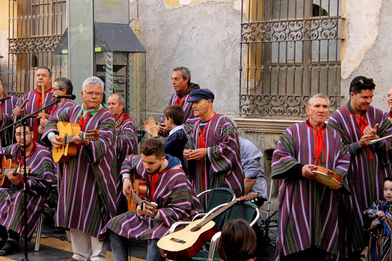 Een groep traditionele straatkunstenaars die zingen en gitaar en andere instrumenten spelen stock foto's