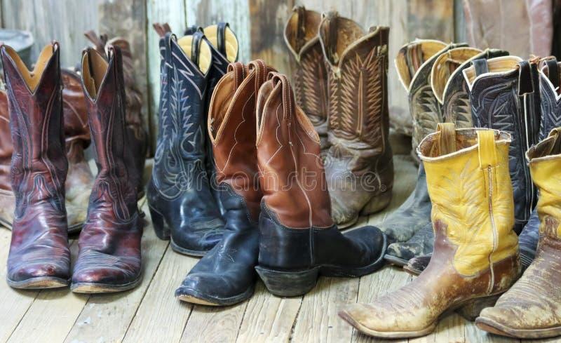 Een Groep van Negen Paren van Oude Cowboy Boots stock fotografie