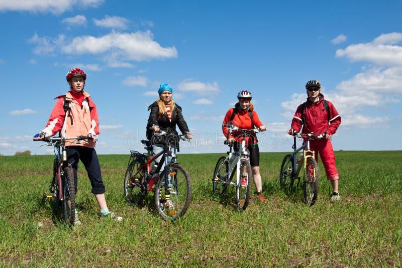Een groep van vier volwassenen op fietsen. royalty-vrije stock afbeeldingen