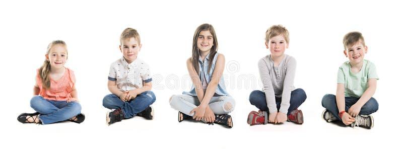 Een Groep van vijf Jonge Kinderen in Studio stock fotografie