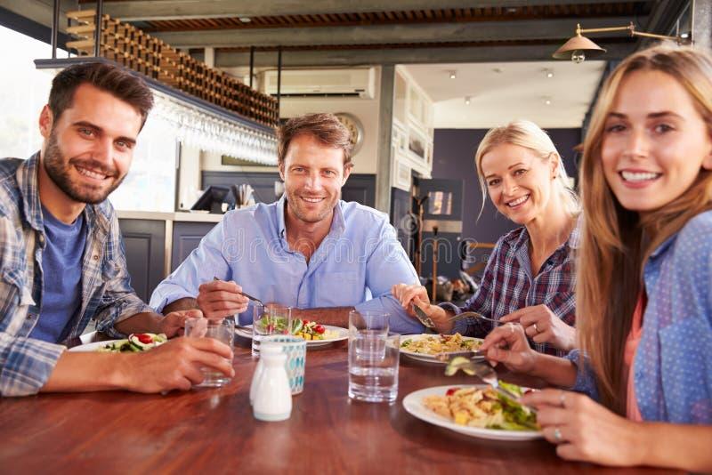 Een groep vrienden die bij een restaurant eten stock foto's