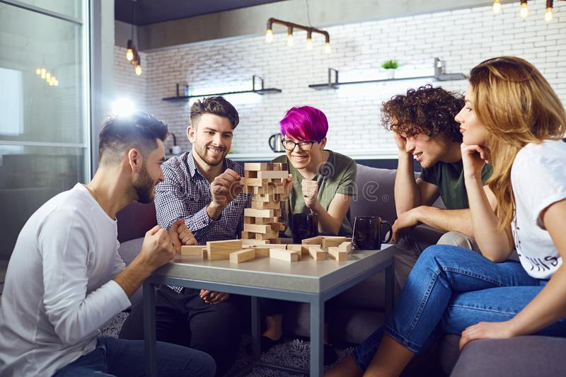 Een groep vrienden speelt raadsspelen in de ruimte royalty-vrije stock foto's