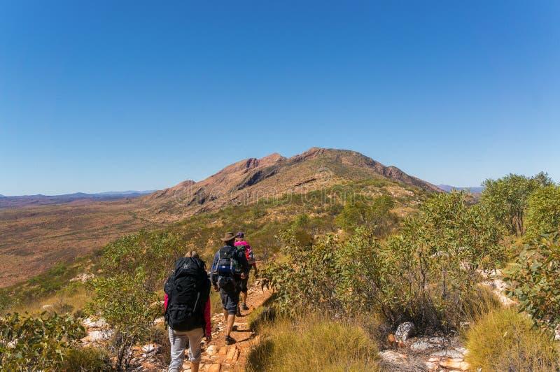 een groep Wandelaars op de manier tot de bovenkant van enkel de buitenkant Alice Springs, het Nationale Park van het Westenmacdon royalty-vrije stock foto's