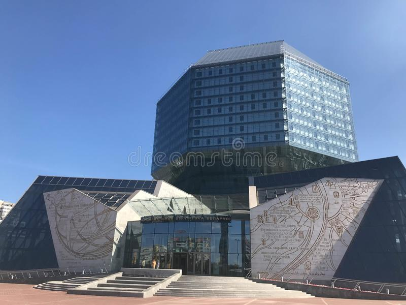 Een groot blauw conceptueel mooi glasgebouw in de nationale bibliotheek van Wit-Rusland Republiek Wit-Rusland, Minsk, 20 Augustus royalty-vrije stock afbeelding