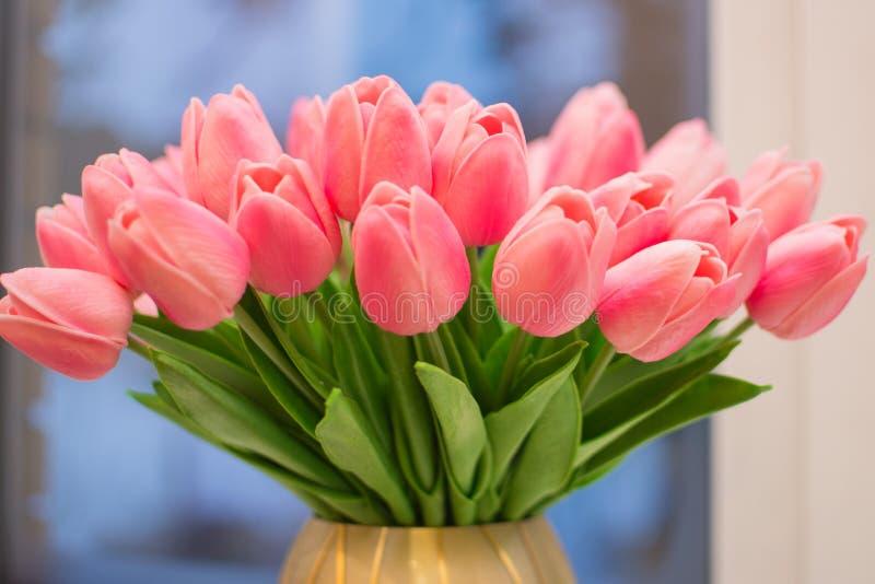 Een groot boeket van gevoelige roze tulpen royalty-vrije stock fotografie