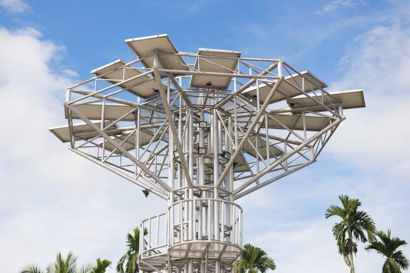 Een groot die zonnepaneel voor elektriciteitsproductie wordt gebruikt stock foto