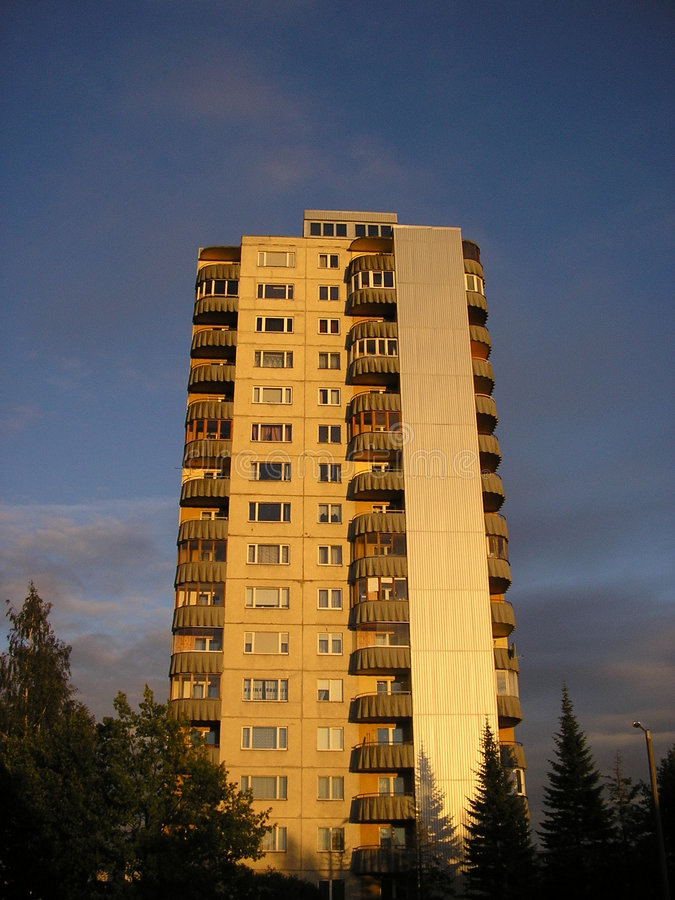 Een groot flatgebouw. stock foto