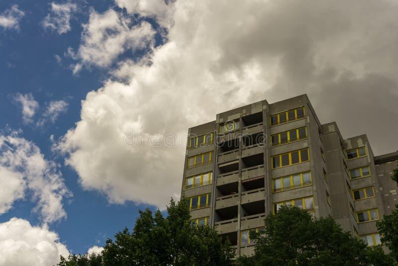 Een groot gebouw onder een bewolkte de zomerhemel royalty-vrije stock afbeelding