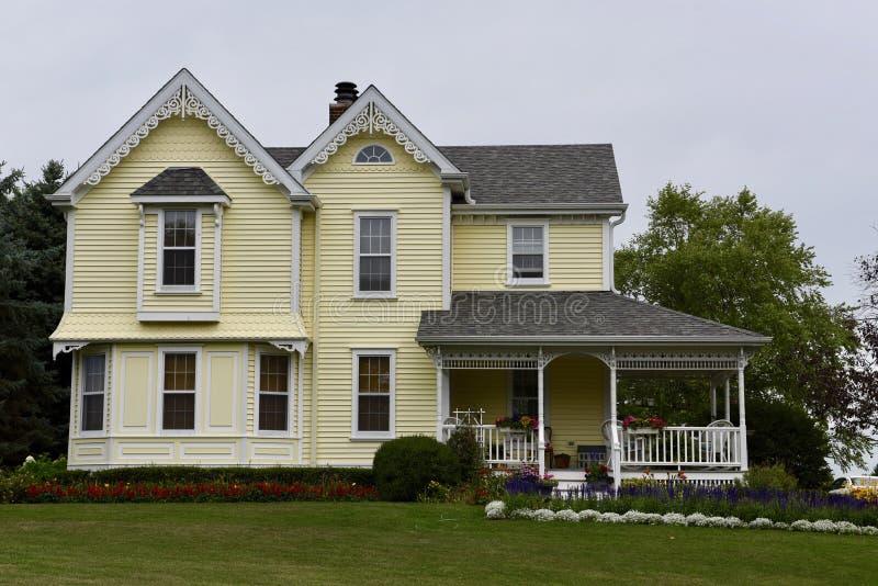 Een groot geel huis stock afbeeldingen