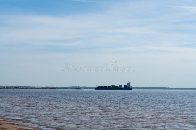 Een groot koopvaardijschip aan vervoercontainers aan boord op zee Het werk van de industrie royalty-vrije stock foto