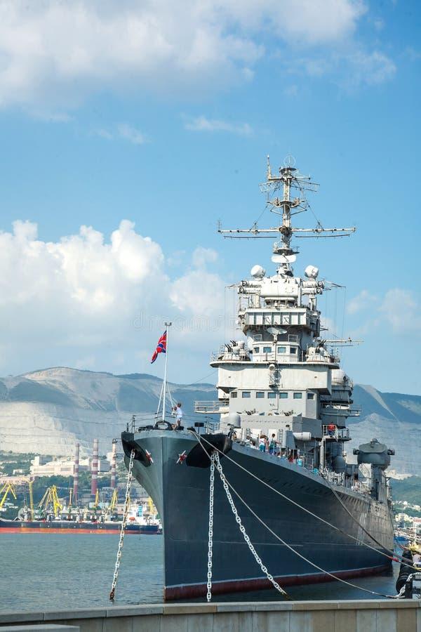 Een groot Russisch schip is in de haven bij de pijler stock foto