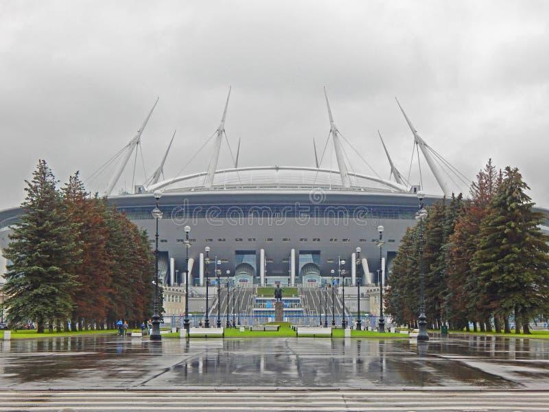 Een groot voetbalstadion op een regenachtige de herfstdag stock fotografie