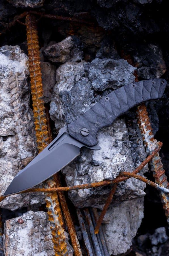 Een groot vouwend mes Het mes is zwart royalty-vrije stock foto's