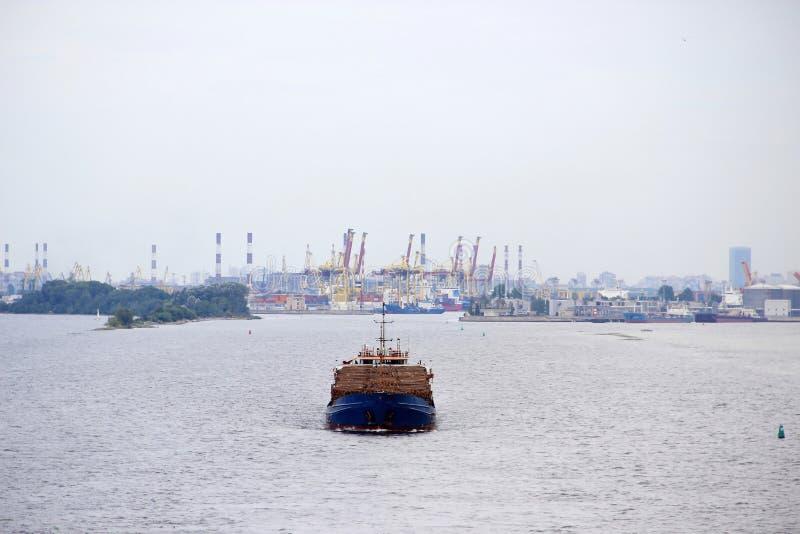 Een groot vrachtschip drijft door overzees van de haven van royalty-vrije stock fotografie