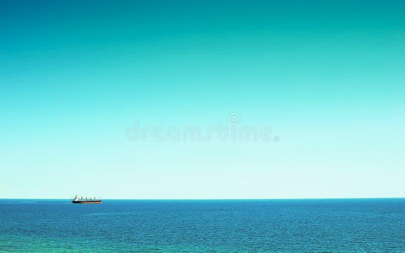 Een groot vrachtschip op zee stock fotografie