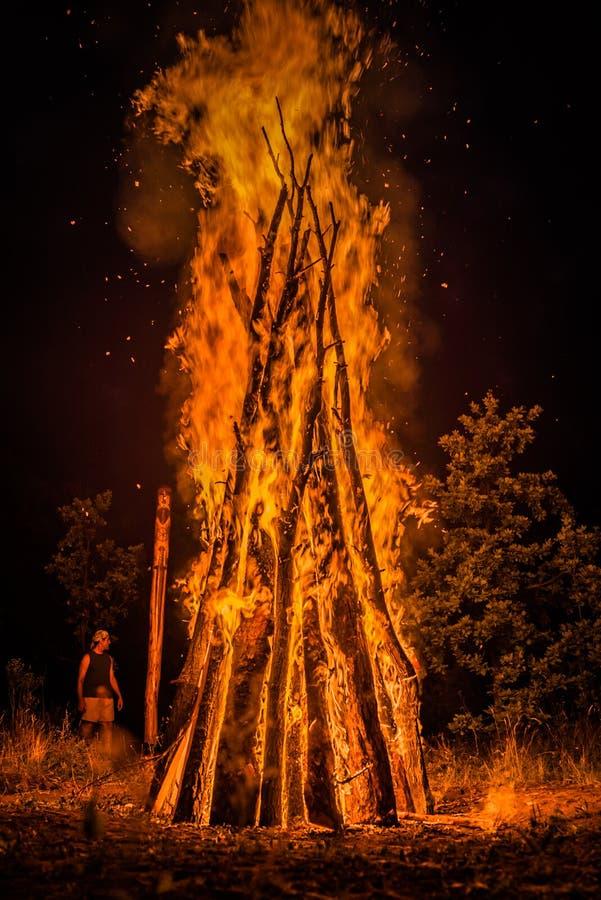 Een groot vuur voor de vakantie stock foto