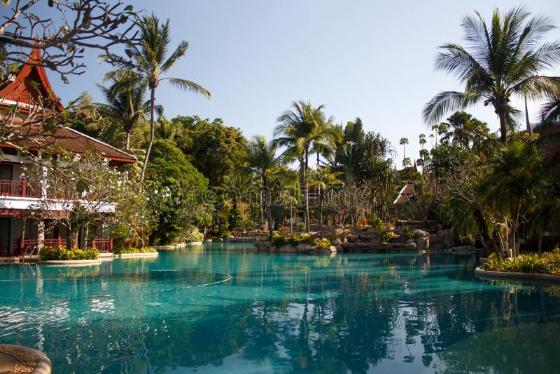 Een groot zwembad bij een toevlucht in Phuket, Thailand royalty-vrije stock foto
