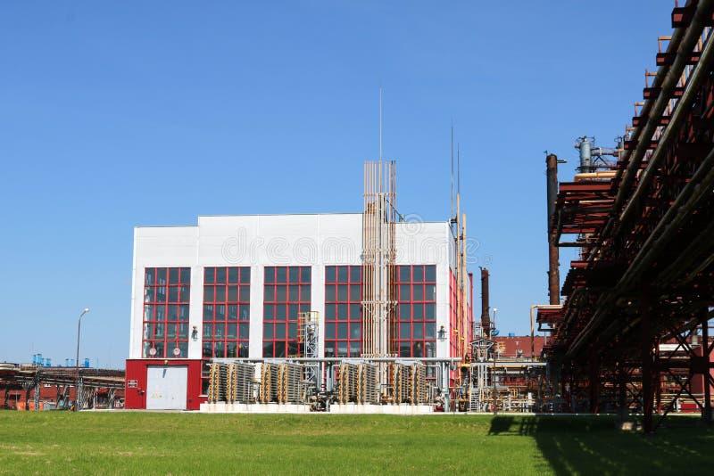 Een grote concrete technologische industriële installatie bij een chemische petrochemische raffinaderij met capacitieve pijpen do stock foto
