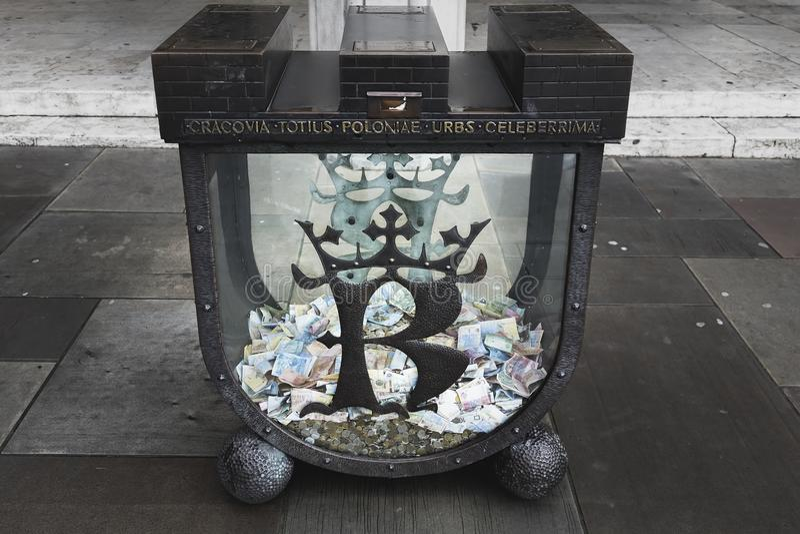 Een grote container voor het verzamelen van schenkingen stock fotografie