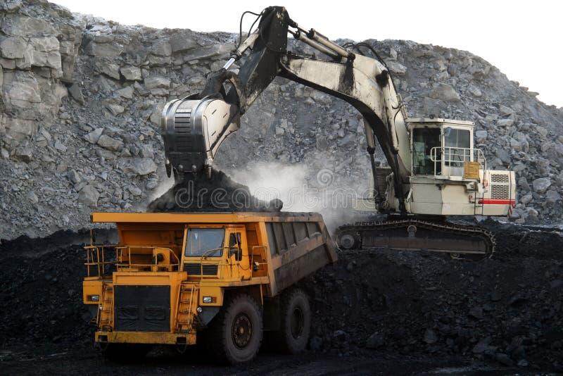 Een grote gele mijnbouwvrachtwagen royalty-vrije stock fotografie