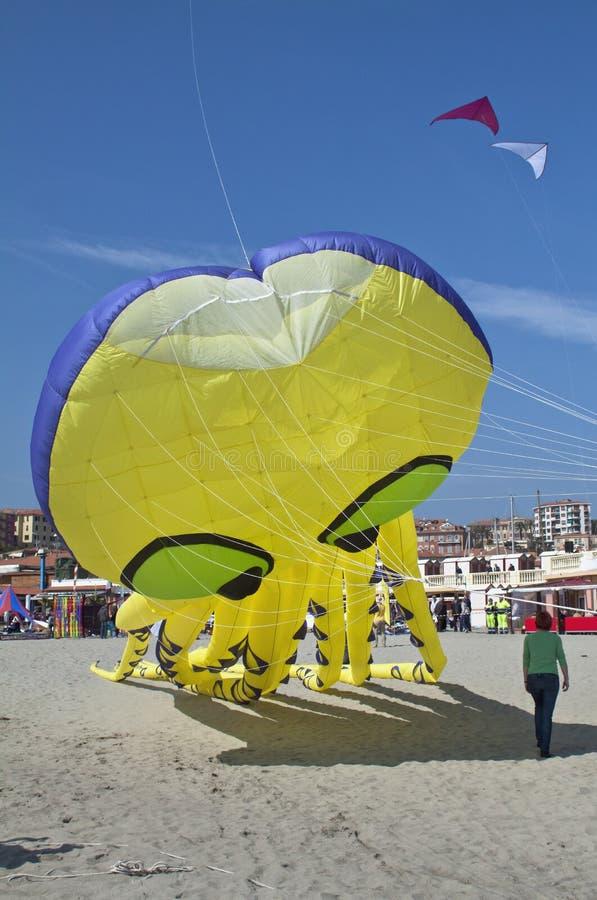 Een Grote Gele Vlieger In De Blauwe Hemel Op Het Strand Stock Foto's