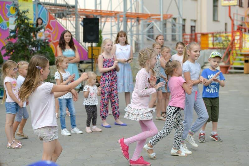 Een grote groep het gelukkige de jonge geitjes van pretsporten springen, sporten en het dansen Kinderjaren, vrijheid, geluk, het  royalty-vrije stock afbeelding