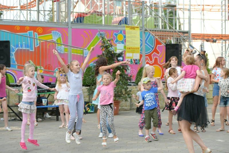 Een grote groep het gelukkige de jonge geitjes van pretsporten springen, sporten en het dansen Kinderjaren, vrijheid, geluk, het  royalty-vrije stock foto