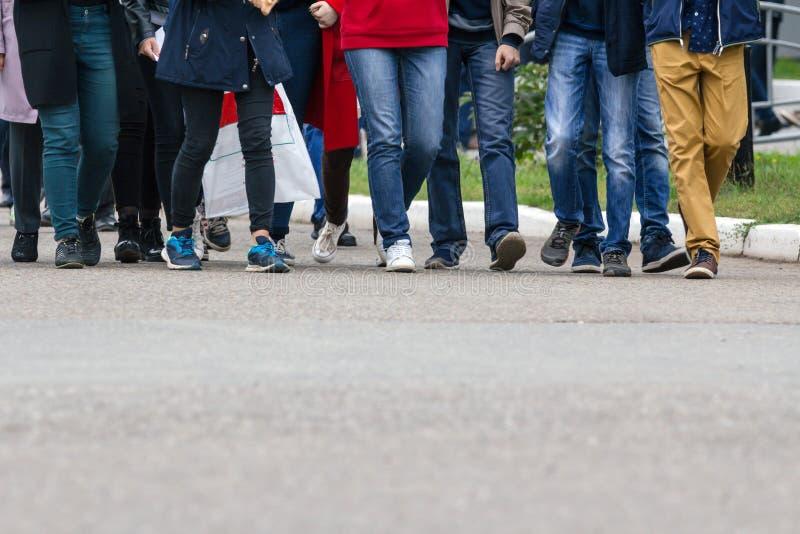 Een grote groep jongeren - studenten of leerlingen royalty-vrije stock foto's