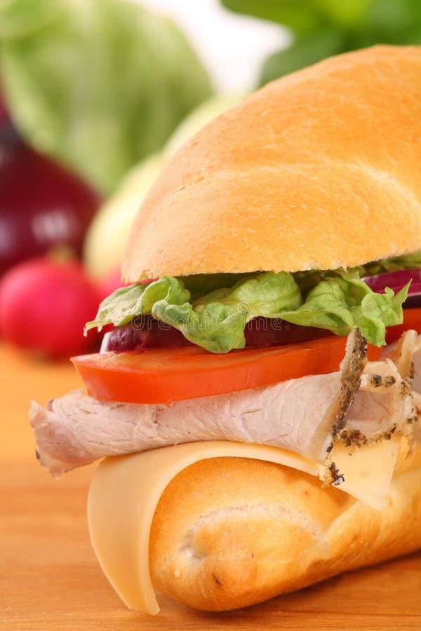 Een grote ham en tomatensandwich stock fotografie