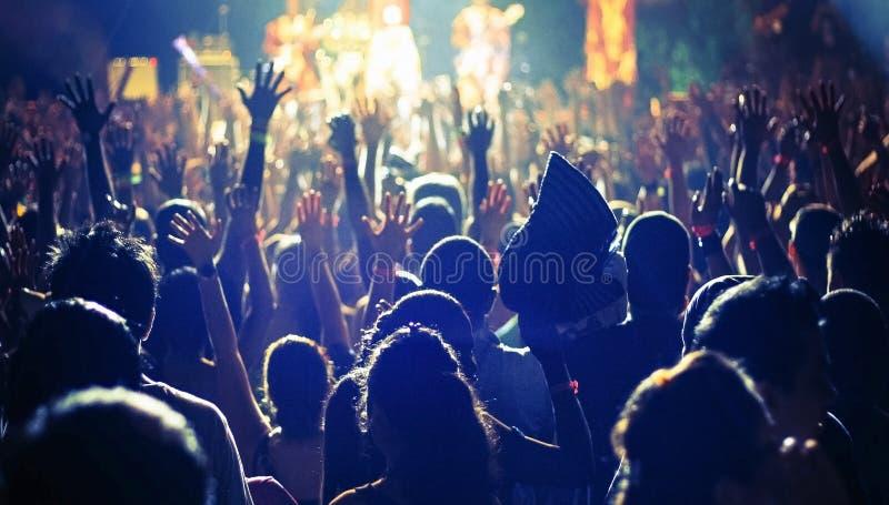 Een grote menigte van mensen bij a stock afbeelding