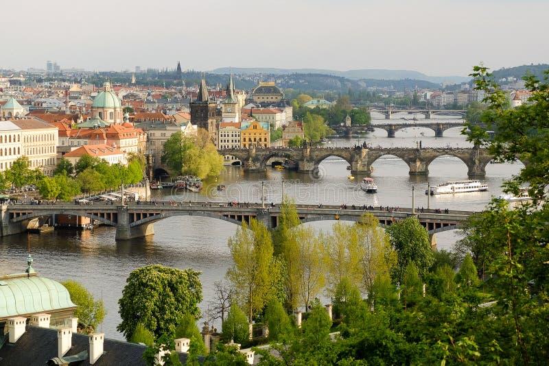 Een grote mening over de bruggen van Praag en met carls overbrugt één van de oriëntatiepunten van Praag royalty-vrije stock foto's