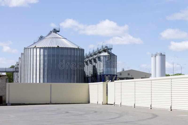 Een grote moderne toren van de installatielift voor opslag en verwerking van korrelgewassen voor het voeden cattles royalty-vrije stock afbeeldingen