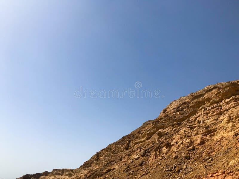 Een grote mooie majestueuze steen zandige berg, een hoop, een heuvel, een heuvel in de woestijn tegen een blauwe hemel Landschap stock foto's