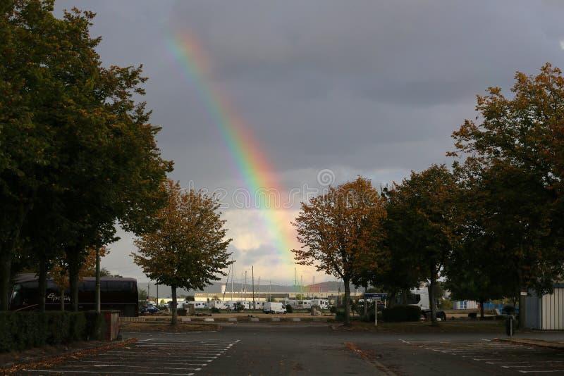 Een grote regenboog in de hemel boven de jachthaven royalty-vrije stock foto