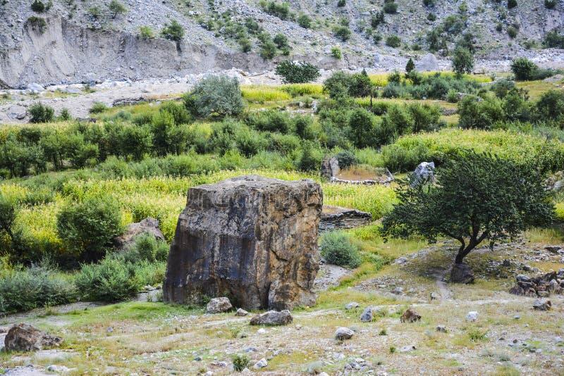 Een grote rots wat waar in Tato-dorp stock afbeeldingen