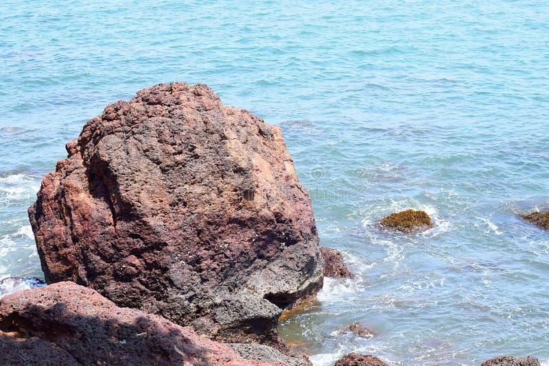 Een Grote Rots in Zeewater - Natuurlijke Achtergrond royalty-vrije stock fotografie