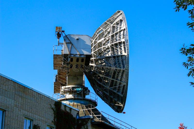 Een grote satellietschotelantenne voor meteorologisch onderzoek stock afbeelding