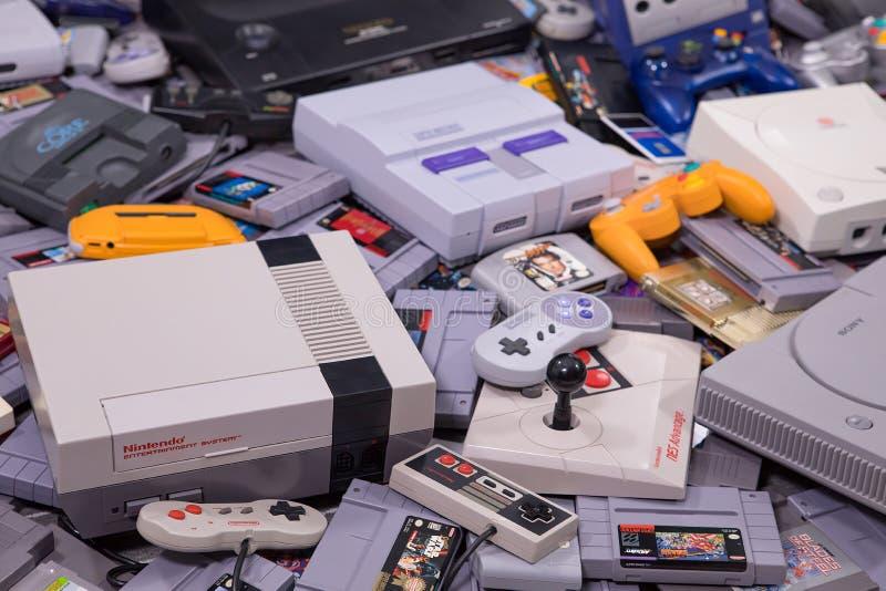 Een Grote Stapel van Retro Videospelletjes en Systemen royalty-vrije stock fotografie